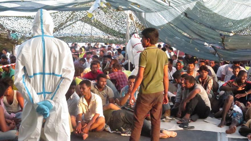 Migrantes y potenciales refugiados en uno de los desembarcos en Sicilia (Italia) del pasado verano.