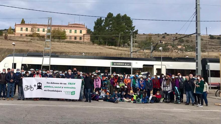 """Arranca la semana de protestas en defensa del tren """"social, público y sostenible"""" que recorrerán toda Castilla-La Mancha"""