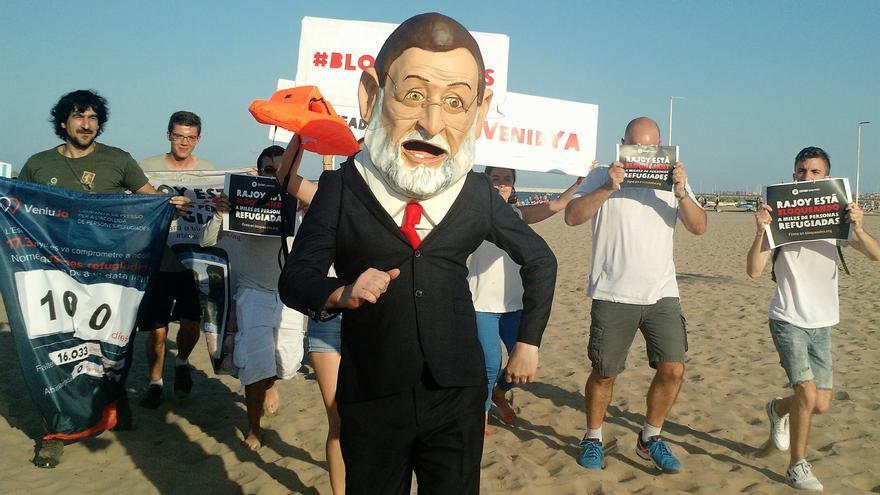 El 'cabezudo' de Rajoy en la playa de la Malvarrosa de Valencia