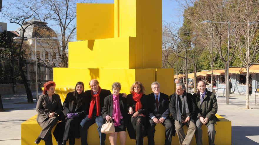 Consuelo Císcar, a la izquierda, sentada junto a varios políticos -entre ellos Ana Botella- en una escultura de Rueda en la muestra que el IVAM llevó a Madrid.
