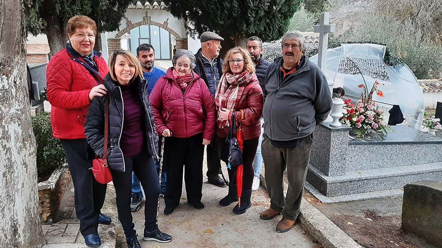 Familiares de las víctimas de Güéjar Sierra (Granada) asesinadas y enterradas en Pinos Genil.   JUAN MIGUEL BAQUERO