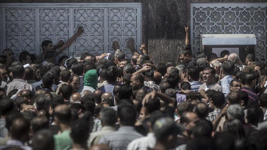 Miles de gazatíes salen a la calle para conseguir dinero, agua y combustible