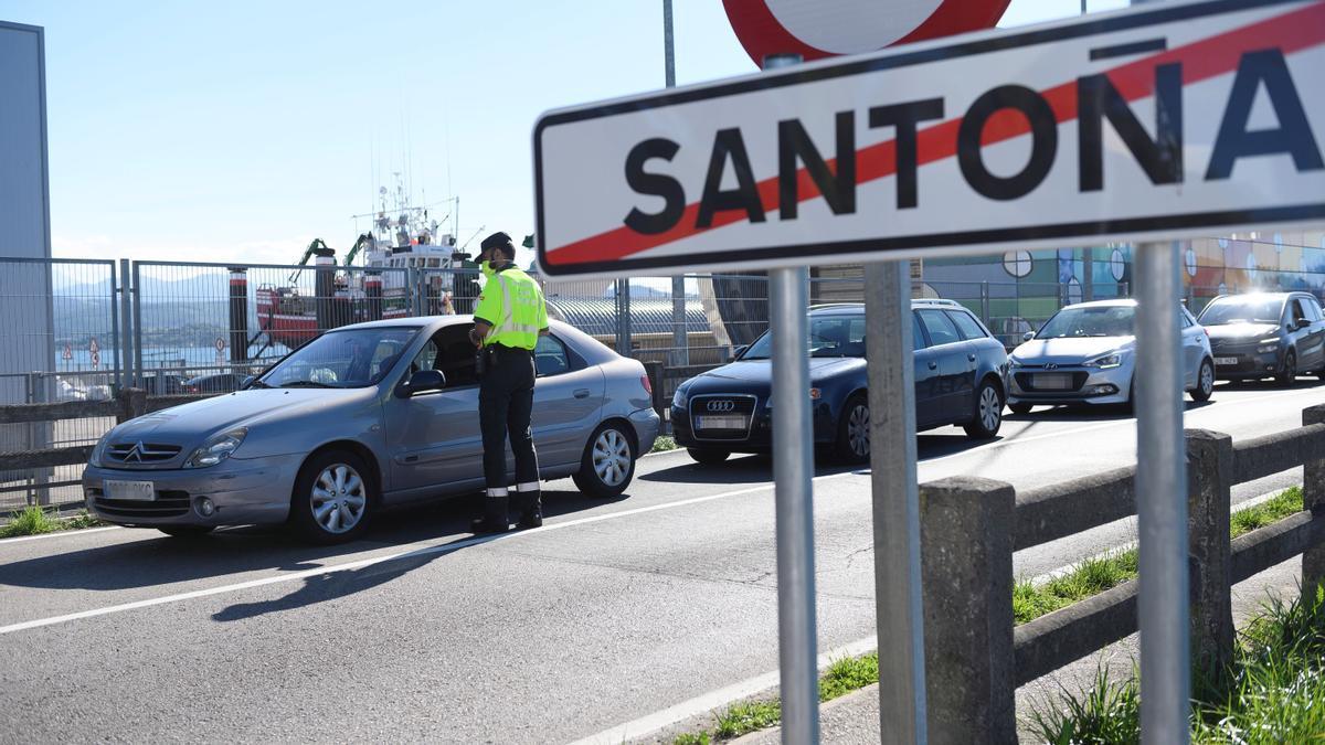 Control policial en el límite del término municipal de Santoña.