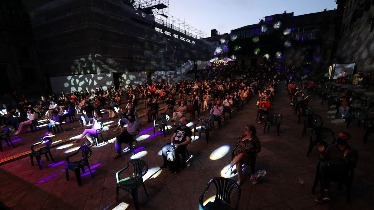 Asistentes a un concierto sentados durante las Festas do Apóstolo de 2020, en Santiago de Compostela