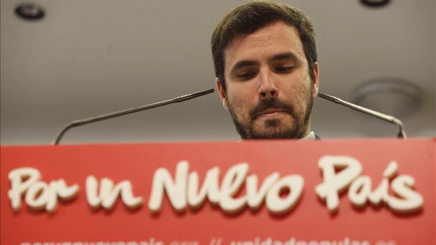 Garzón dice que apoyará a quien derogue las reformas laborales y el artículo 135