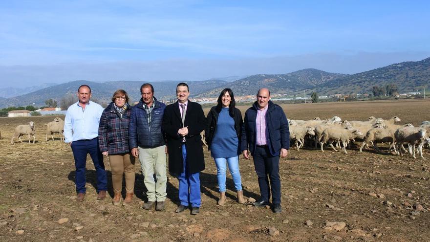 El consejero de Agricultura ha mantenido un encuentro con una veintena de agricultores y ganaderos de Guadalmez