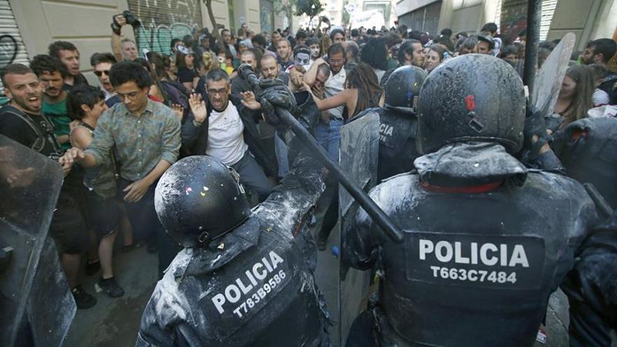 Una decena de jóvenes acampa anoche frente al banco expropiado de Gràcia