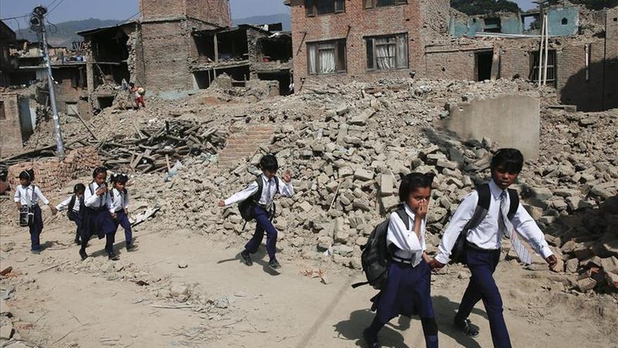 Los niños de Nepal regresan al colegio cinco semanas después del terremoto