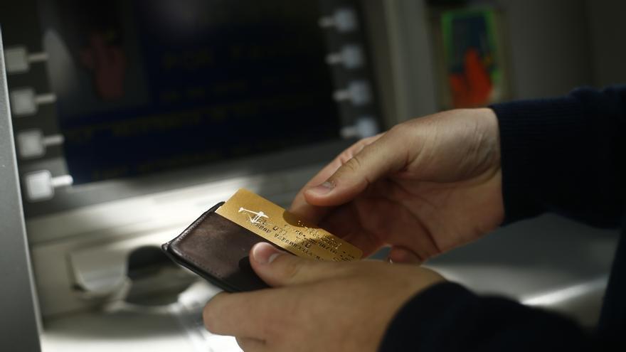 El Gobierno aprueba un decreto para evitar la doble comisión por sacar dinero del cajero