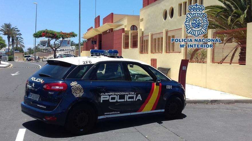 Coche patrulla de la Policía Nacional en la Comisaría del Sur de Tenerife
