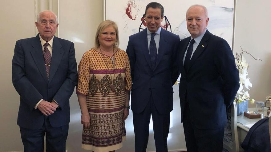 El exministro de Trabajo y exjefe del Consell, Eduardo Zaplana, junto a la presidenta del Ateneo de Valencia, Carmen de Rosa