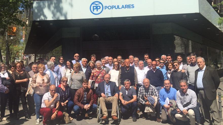 Diputados, alcaldes y militantes del PP de Cantabria ante la sede de Génova. | LEALTAD POPULAR