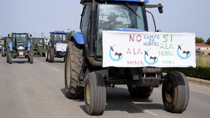 Unas mil personas con tractores rechazan la minería de tierras raras en Ciudad Real