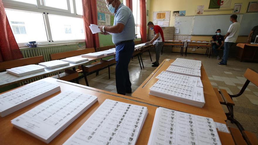 Escaso interés y baja participación caracterizan el inicio de voto en Argelia