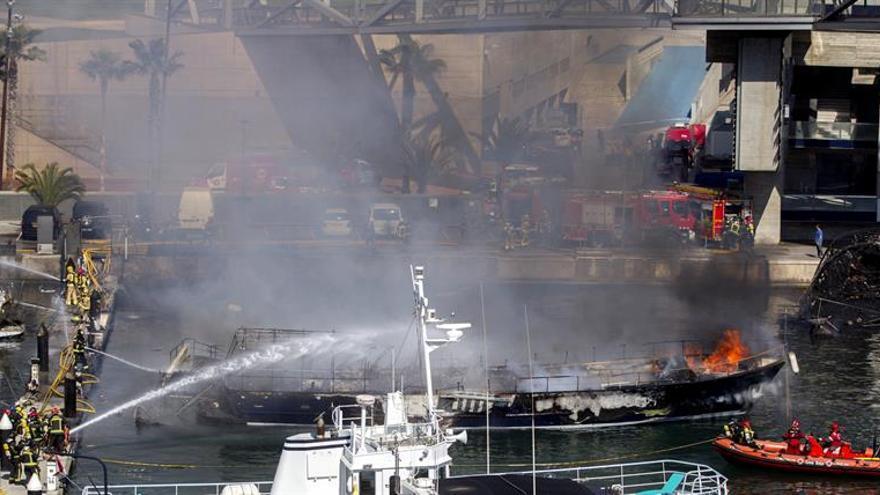 El plan activado ayer por el incendio en Port del Fórum pasa a fase prealerta