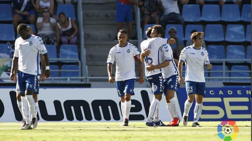 Los jugadores celebran el gol conseguido por Carlos Ruiz en el Heliodoro Rodríguez López ante el Valladolid.