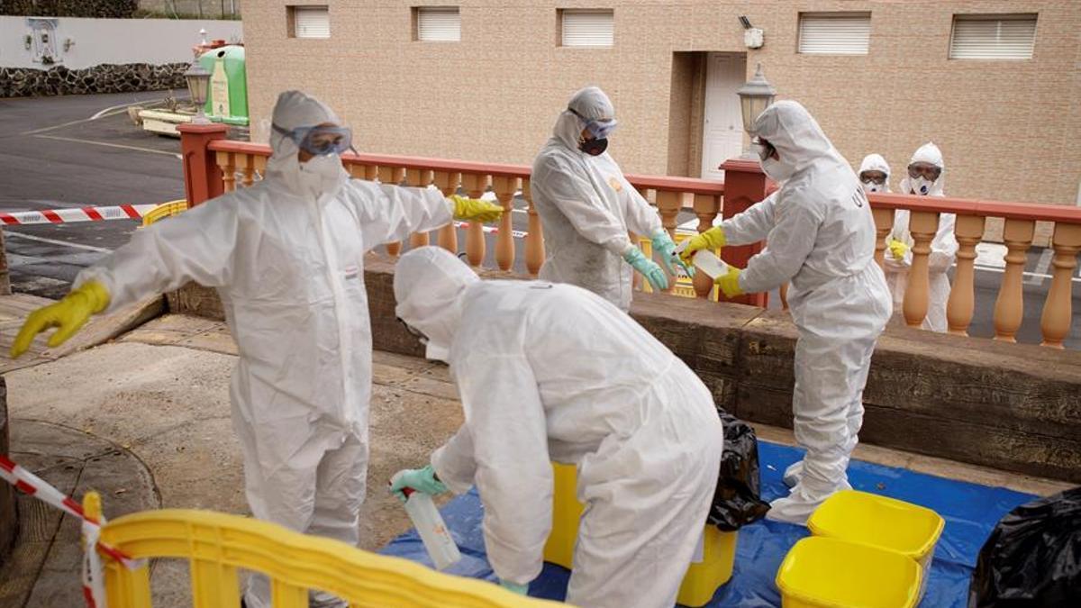 La Unidad Militar de Emergencias (UME) desinfecta la residencia de mayores Hogar Santa Rita en Puerto de la Cruz durante la primera ola de coronavirus en la isla