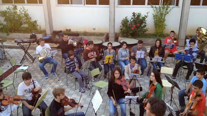 Alumnos de la Escuela Insular de Música durante un ensayo.