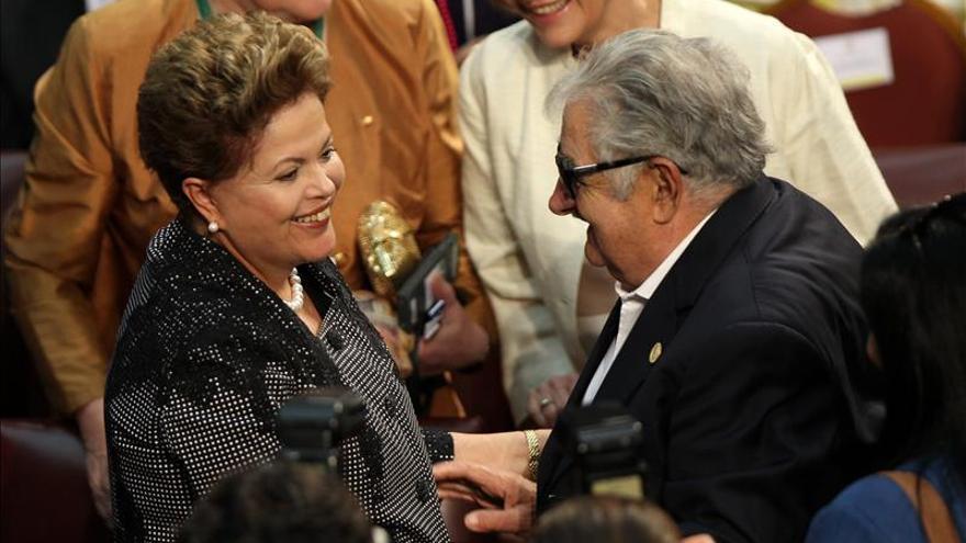 Mujica visitará a Rousseff este viernes para felicitarla por su reelección