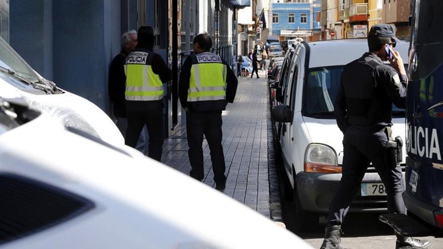 Registro al domicilio del presunto yihadista en Las Palmas de Gran Canaria.  EFE/Elvira Urquijo