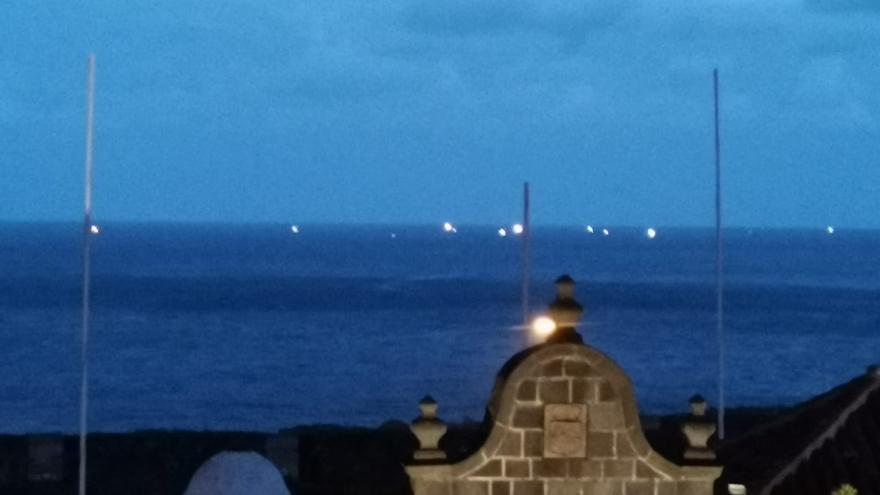 En la imagen, costa Santa Cruz de La Palma con, a los lejos, varios barcos  (luces) de la flota atunera faenando en la tarde-noche del miércoles.