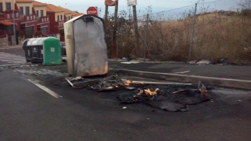 Restos de varios contenedores quemados en La Laguna.