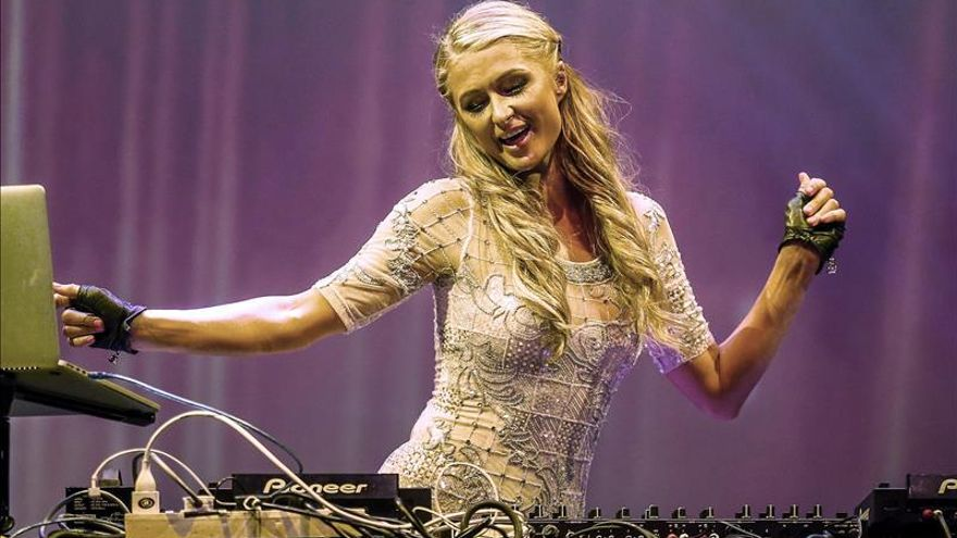 """Amo ser una DJ"", dice Paris Hilton en Chile"