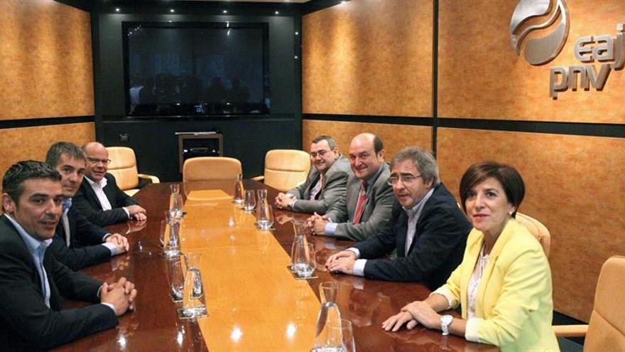 El presidente del Gobierno de Canarias, Fernando Clavijo (c-i) y el presidente del EBB, Andoni Ortuzar (c-d), entre otros, durante el encuentro que celebraron hoy en Bilbao para estrechar lazos entre ambas formaciones, socias en la Coalición por Europa. EFE/LUIS TEJIDO