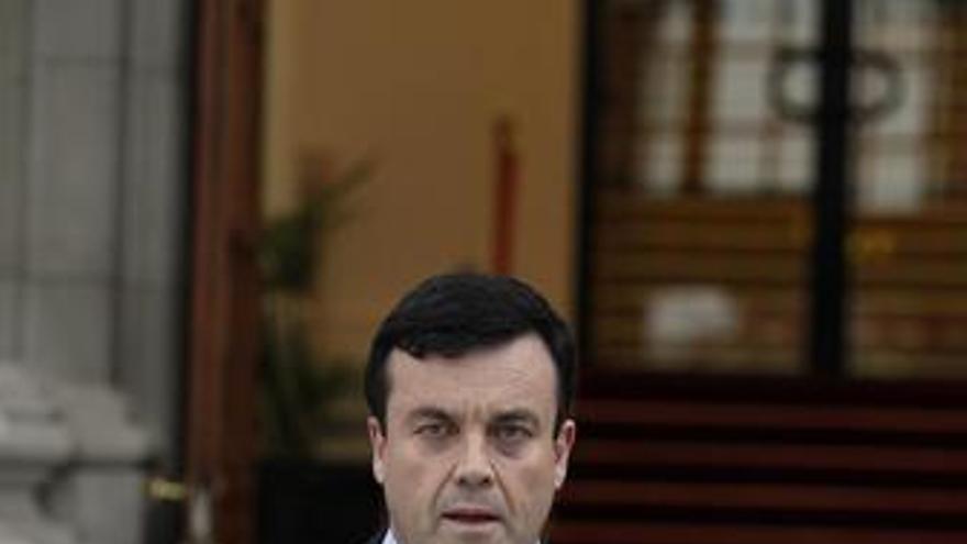 El ministro de Finanzas irlandés, Brian Lenihan, muestra los presupuestos de 201