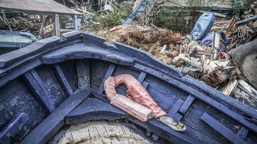 """Restos de las barcazas que usan los migrantes para llegar a Europa en uno de los llamados """"cementerios de barcos"""" en la costa de Lampedusa. © Giles Clarke/Getty Imag."""