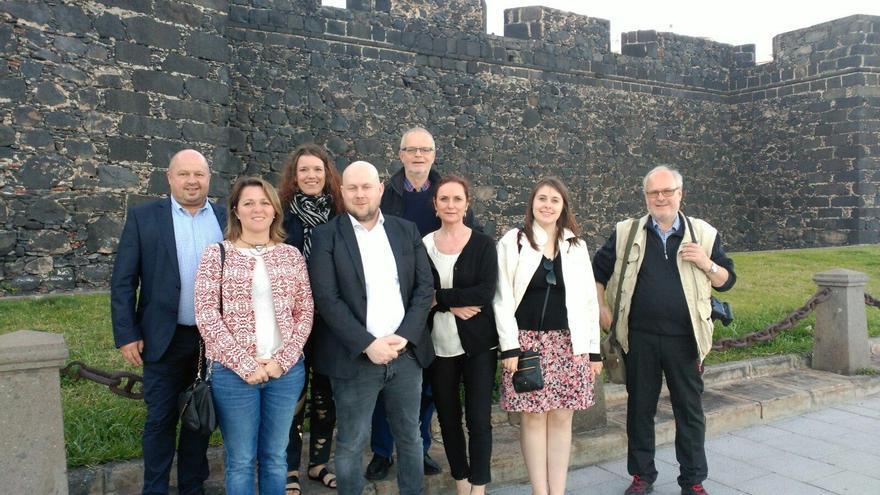 El grupo de periodistas daneses, ante el Castillo de Santa Catalina, con la consejera de Turismo del Cabildo de La Palma, Alicia Vanoostende (primera la izquierda).