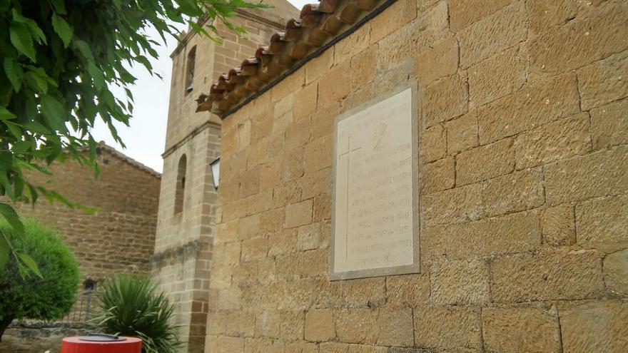 La placa está en la fachada de la iglesia.