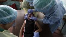 Profesionales sanitarios realizan una prueba de COVID-19 en la localidad de Pavas, al oeste de San José (Costa Rica).