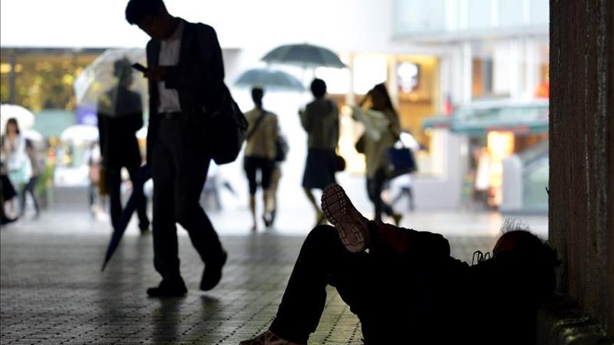 Una persona sin hogar tumbada en la calle