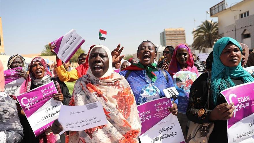 Mujeres manifestándose en favor de la igualdad salarial y para la abolición de las leyes discriminatorias contra las mujeres, en Jartum, Sudán, el pasado mes de enero.