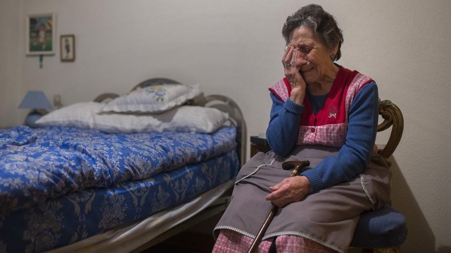 Carmen Martínez Ayuso llora en una habitación de la vivienda de la que fue desahuciada el viernes. \ Andrés Kudacki (AP)