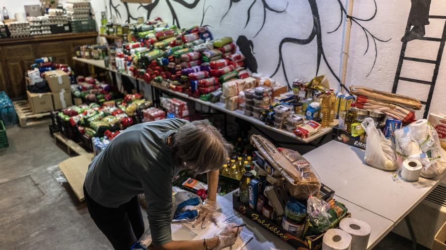 Una de las voluntarias de la ONG organizando el género dentro del banco de alimentos.