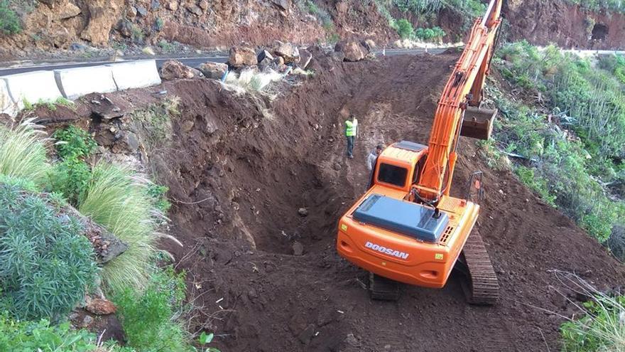 Trabajos llevados a cabo la semana pasada en el tramo de la carretera LP-102 (Martín Luis-Bajamar, en Puntallana)  afectado por el desprendimiento de abril de 2017