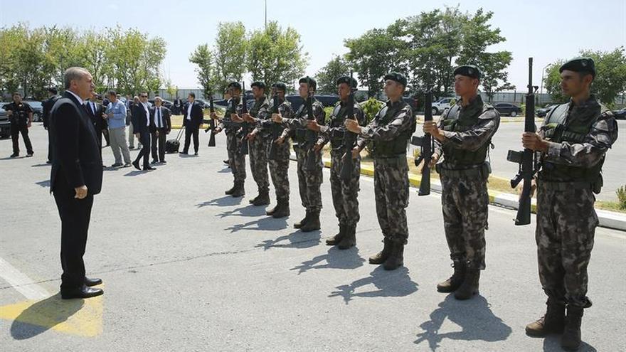 Turquía cierra todas las academias militares y expulsa a otros 1.389 soldados