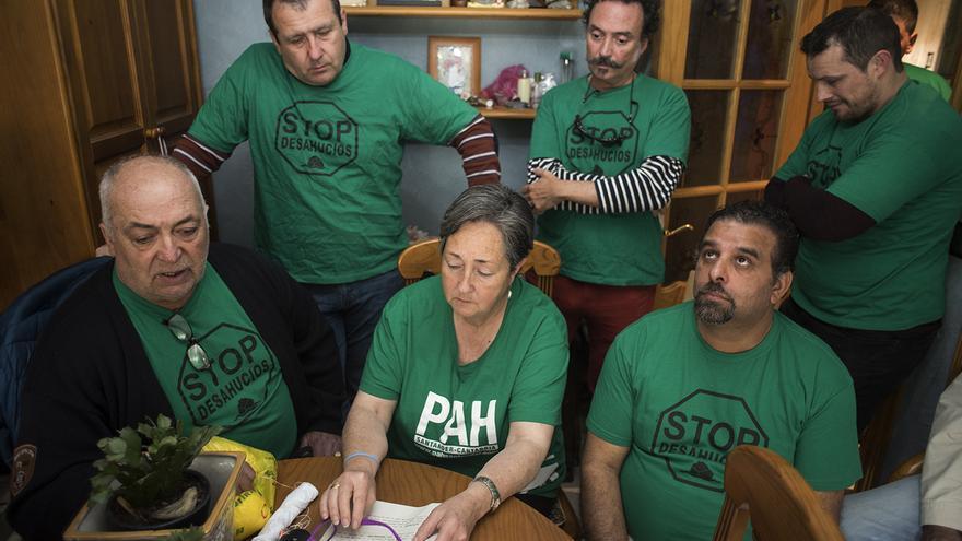 Caras de angustia en Luci y Paco y el resto de miembros de la PAH al recordar su historia.