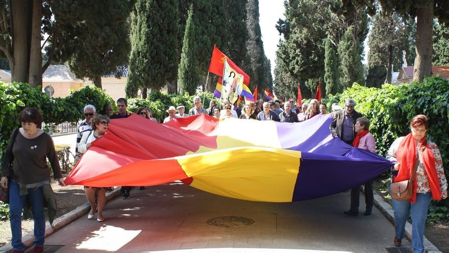 """IU asiste en el cementerio al homenaje a """"víctimas del fascismo"""" en el 85 aniversario de la II República"""