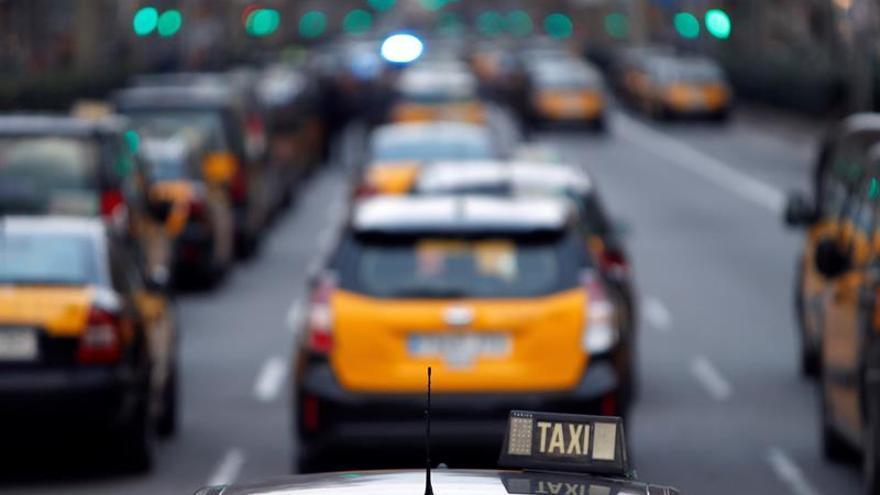 Centenares de taxistas continúan bloqueando la Gran Vía de Barcelona
