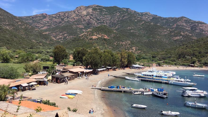 Playa de Girolata, la puerta de entrada al Parque Natural de Scandola. Paul Asman and Jill Lenoble