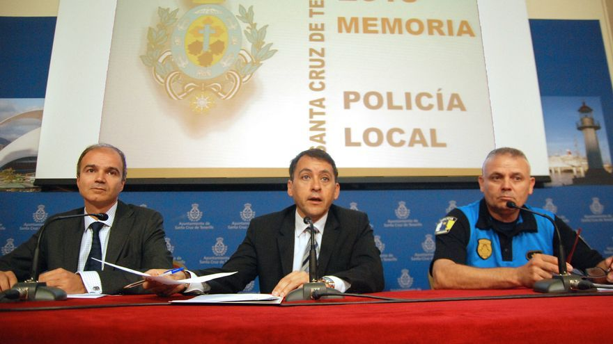 El alcalde, José Manuel Bermúdez (c), junto al concejal de Seguridad Ciudadana (i) y al subcomisario (d)