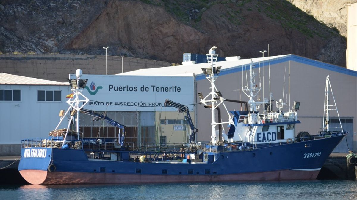 El atunero cañero vasco Aita Fraxku atracado en la dársena pesquera del puerto de Santa Cruz de Tenerife.
