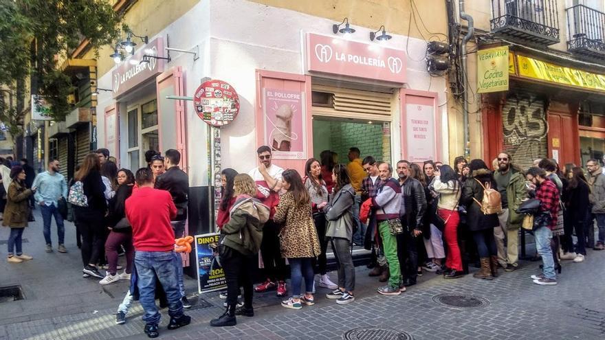 Larga cola el pasado domingo para comprar un 'pollofre' en La Pollería de Chueca | SOMOS CHUECA