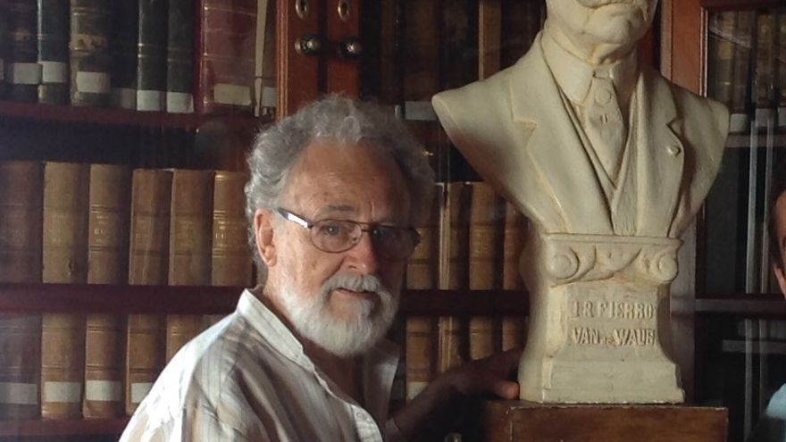 Facundo Fierro en La Cosmológica junto al busto de su antepasado Juan B. Fierro Vande Walle.