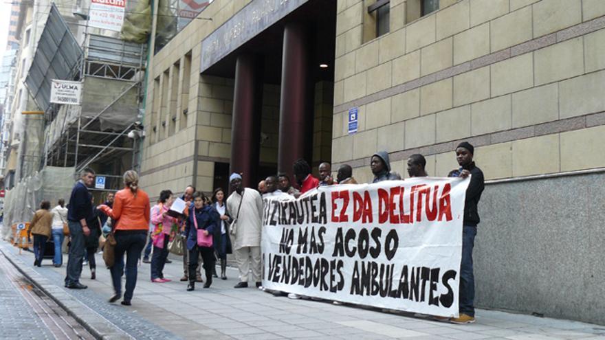 Concentración de manteros y SOS Racismo para denunciar el acoso de la policía Bilbaína. /G. A.