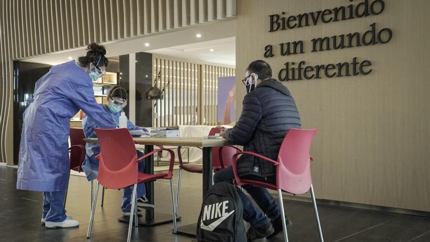 Recepción de un paciente en el hotel medicalizado Ilunion, en Barcelona