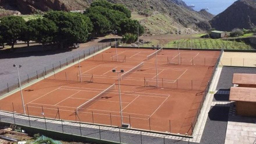 Los Campitos, con las canchas de tenis y el campo de fútbol al fondo